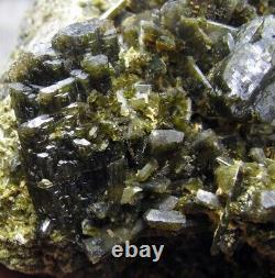 EPIDOTE GREEN FINE CRYSTALS from PERÚ. MASTER PIECE. BOTH SIDES CRISTALLIZED