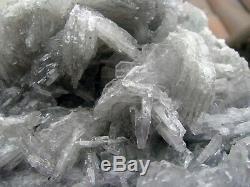 Barite Bleu Clair Crystals Brillants Sur Matrix Du Pérou. Morceau Merveilleux