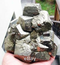 Cristaux De Pentadodecahedral Brillants Pyrite Sur Matrix Du Pérou. Chef-d'oeuvre
