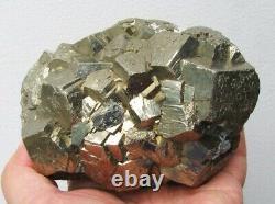 Cristaux Pentadodecahedral Brillants Pyrite Sur Matrix Du Pérou. Pièce Maîtresse