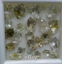 Fluorescent Dt Petroleum Diamant Cristaux De Quartz. 50 Carats Et 23 Pièces