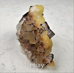 Fluorite Cubique Avec La Pièce Jaune De Collecteurs De Haute Qualité De Calcite
