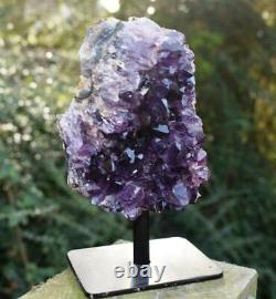 Grande Pièce En Cristal Naturelle D'améthyste De Faisceau Sur Le Stand Dans La Boîte De Cadeau De Luxe