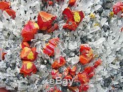 Realgars Crimson Red Color Sur Le Lit De Cristaux Quartzs Du Pérou. Morceau De Musée
