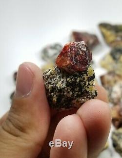 Rouge Sur Zircons Naturel Matrice Gros Colis De 33 Pièces 900 Grammes