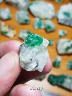 Spécimen D'émeraude Naturelle De 680 Grammes 32 Pièces De La Mine Swat Pakistan